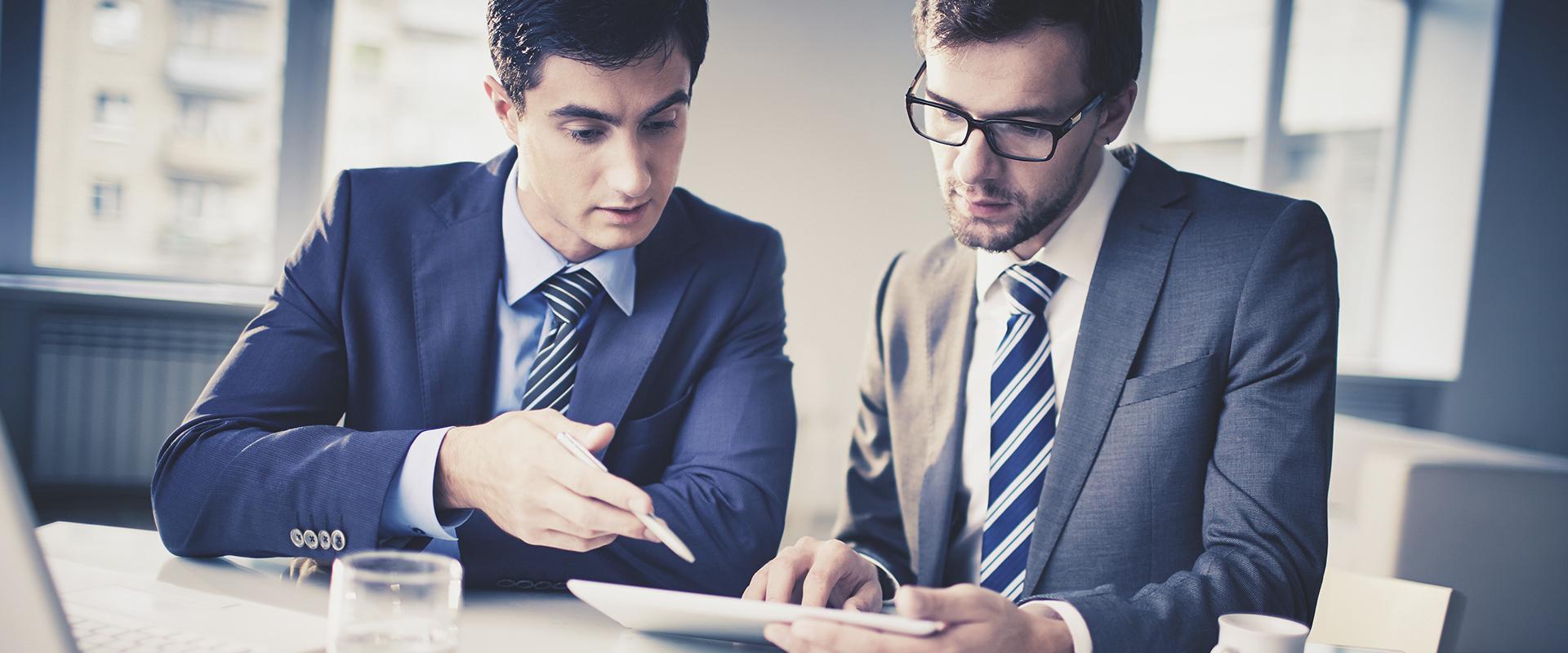 dos ejecutivos en una reunión