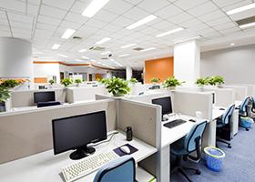 oficina con escritorios y computadoras