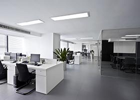 Oficina con áreas de trabajo