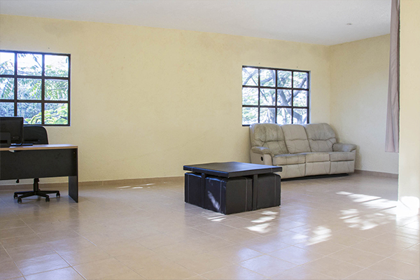 Habitación con mesa de centro