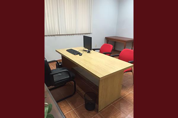 Escritorio y sillas rojas