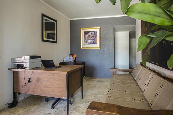 Habitación con escritorio al fondo