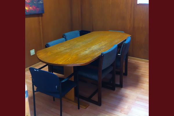 Mesa de madera con sillas azules alrededor