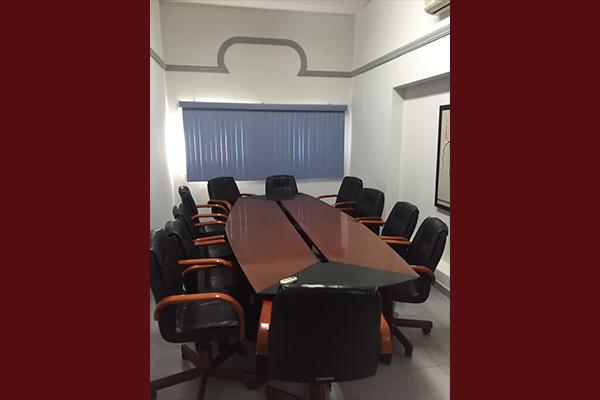 Mesa para reuniones y sillas alrededor