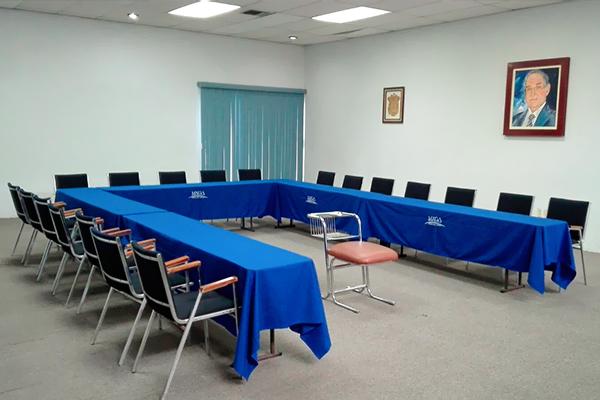 Sillas alrededor de mesas con mantel azul